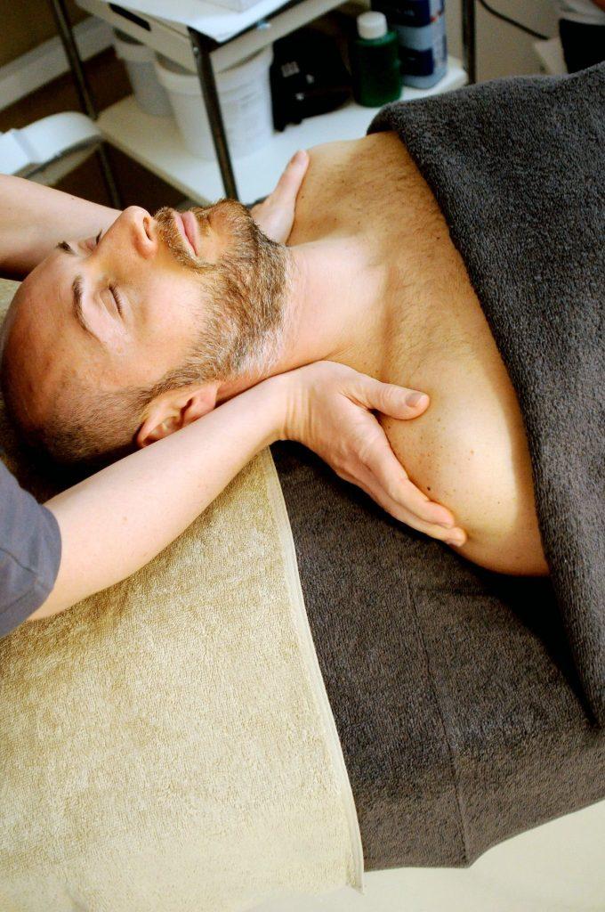 Intensive Massagen gegen Beschwerden wie Nacken-, Gelenks- oder Rückenschmerzen, auchAsthma und Rheuma können durch physiotherapeutische Massagen gelindert werden